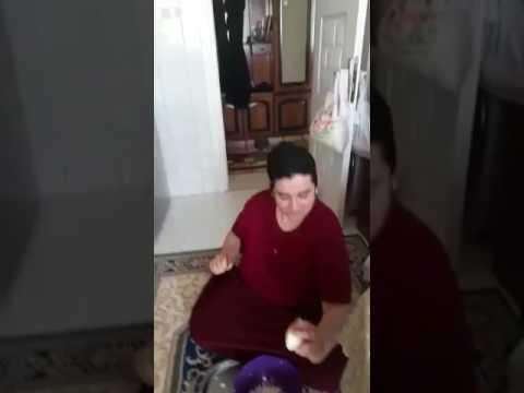 Mutfakta oynayan kadın
