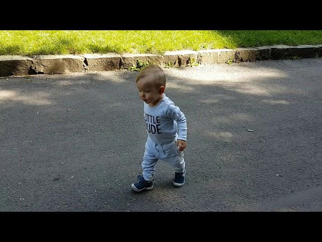 Sebastian bežká za sestričkou Monicou :)