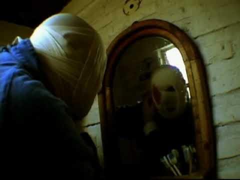 La máscara del huevo para los tiempos extendidos sobre la persona
