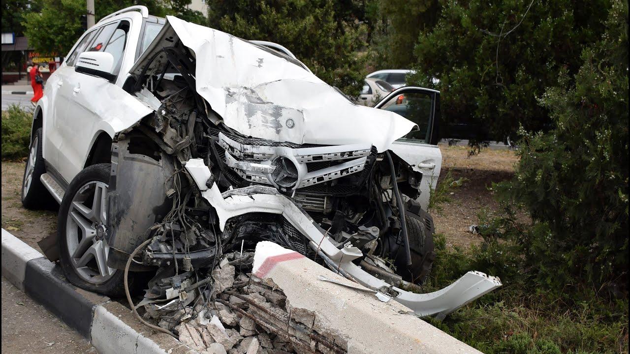 Видео четырех жутких аварий и наезд внедорожника на женщину