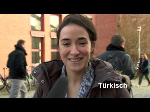 """Studierende der Universität Bayreuth wünschen """"Frohe Weihnachten"""" in verschiedenen Sprachen"""