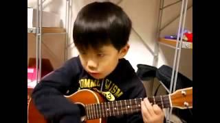 Cậu bé ngứa mũi chơi guitar I am your