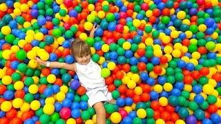 Оливия приехала в детский развлекательный центр замания мытищи в 4 daily   Играем в цветные шарики