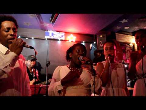 JAYNANBI chante I'm still praise au Café universel