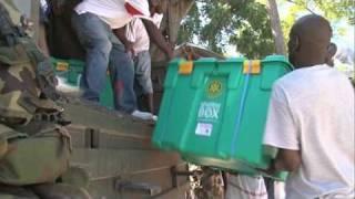 Mariniers helpen met de distributie van shelterboxen in Haïti