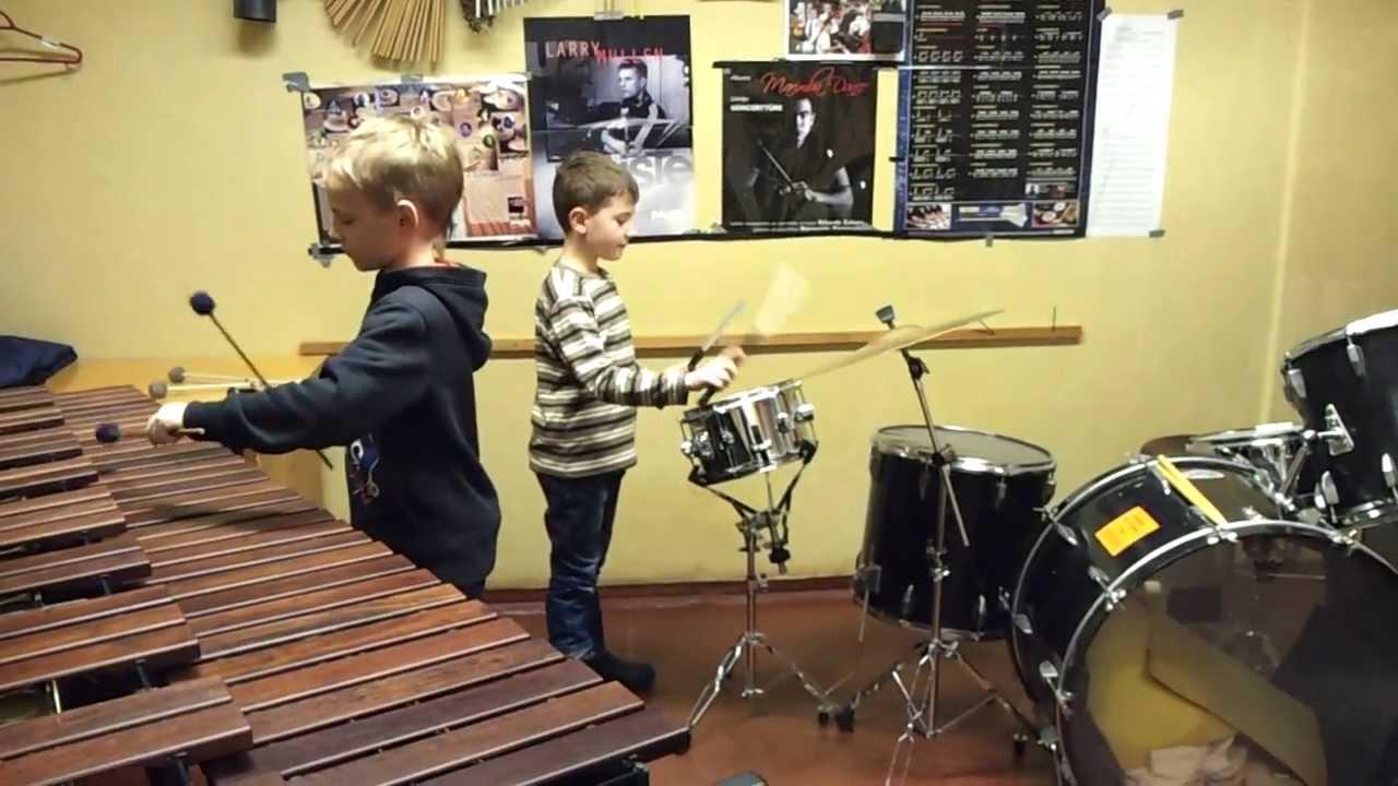 Oskars spēlē bungas - YouTube