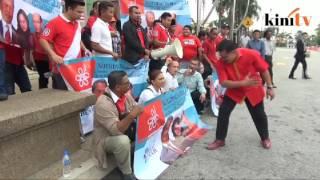 Ali Tinju slaps Muhyiddin banner during protest