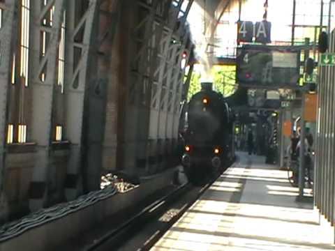 BR 01 1066 der UEF fährt mit ihrem Dampfsonderzug über Hamburg-Dammtor zum Hamburger Hauptbahnhof