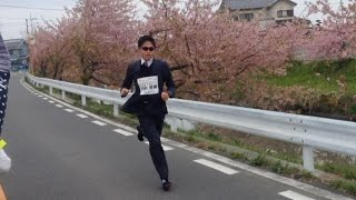 スーツ姿で走る川内優輝選手 2016久喜マラソン Yuki Kawauchi