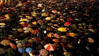"""Le """"sardine"""" in piazza agitano gli ombrelli e gridano: """"Modena non si lega"""""""