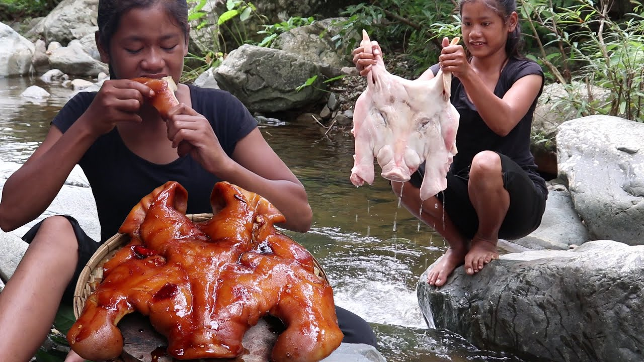 Yummy pork head braised: Cooking Pork head tasty for lunch and eating delicious in the jungle