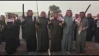 شاهد.. الأمير أحمد بن عبدالعزيز يؤدي العرضة مع محمد بن فهد بروضة التنهات