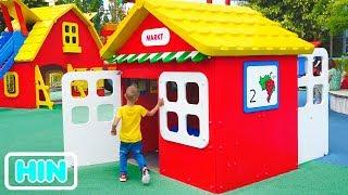 खेल के मैदान में व्लाद और निकिता खेलते हैं