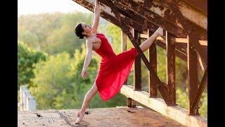 Красивая девушка в красном платье сексуально танцует на закате солнца видео тест 001