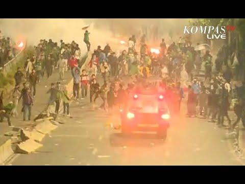 Polisi Desak Mundur Kerumunan Massa Demo DPR