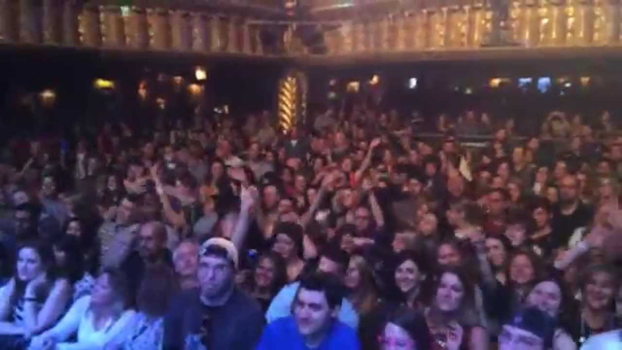 sold out crowd sings piano man at house of blues chicago - sixteen