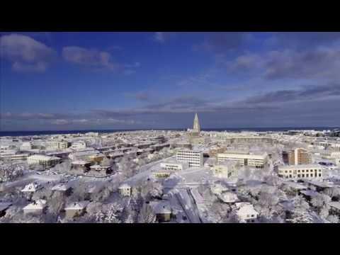 Y con bellos contrastes entre azul del océano y el blanco de la nieve, vamos a disfrutar del pleno Invierno en esta preciosa ciudad.