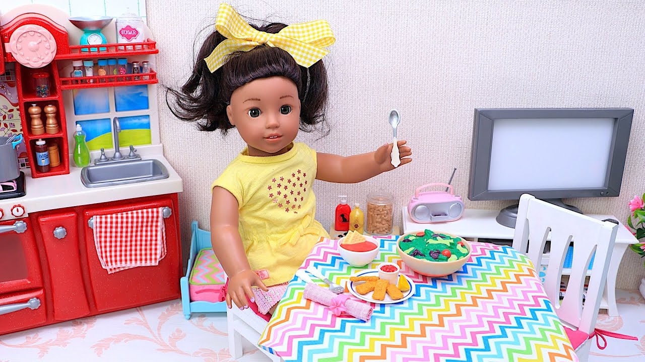 Play Dolls Story about American Girl Cooking Dinner at Home