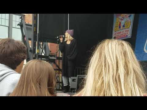 Danielle Bradbery singing Goodbye Summer