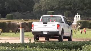 بالفيديو: دم يتسرب من دار للجنازات يحول شارعاً إلى فيلم رعب