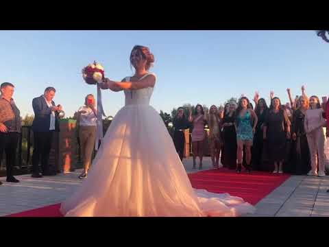 Майя Донцова бросила букет невесты