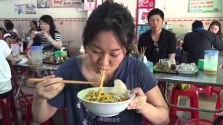 ベトナムの中部都市ダナンへ   ローカルレストランで名物料理のミークア...