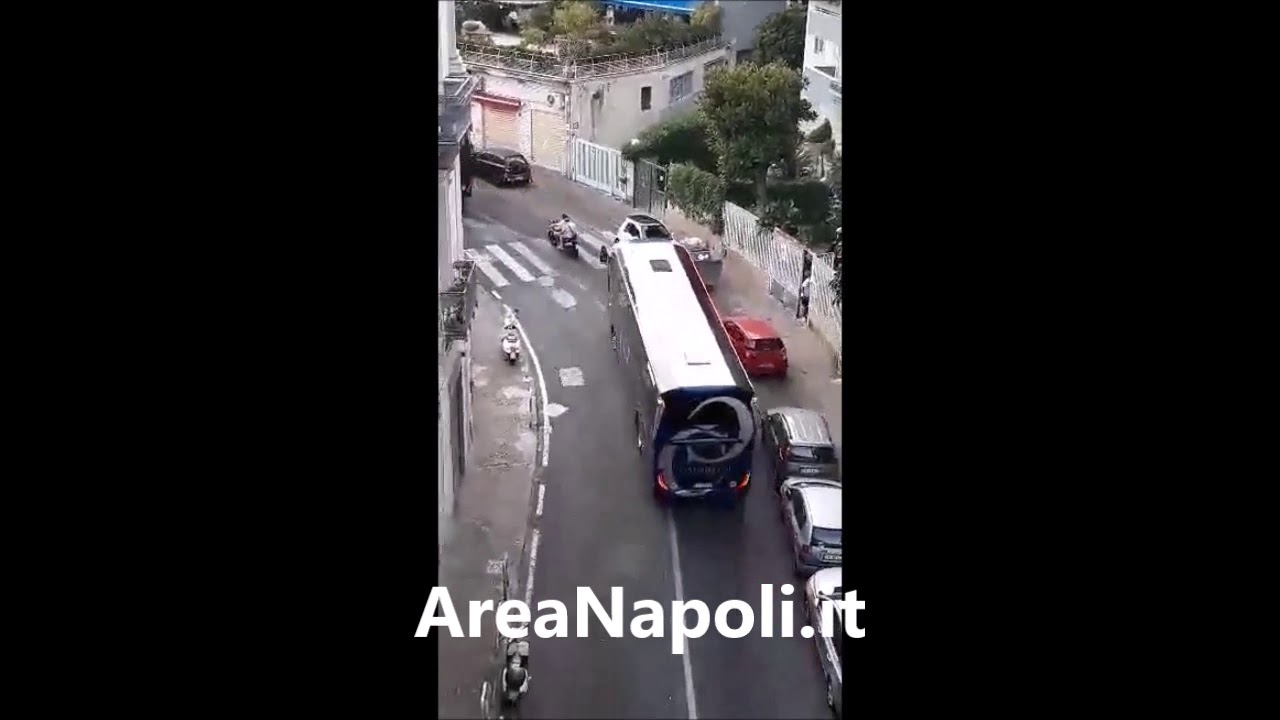 Pullman Roma attraversa Via Tasso (Napoli) per dirigersi al San Paolo.