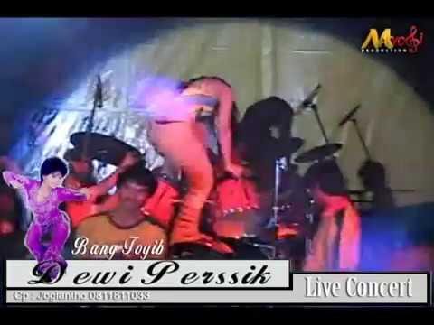 Download Celana Dewi Perssik Robek Saat Konser