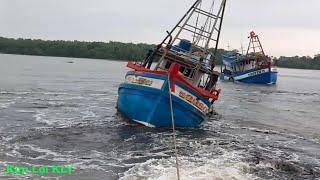 Khám phá tau bien.Tàu kéo máy HINO kéo tàu biển bị mất cạn.