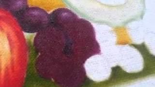 Pintura em tecido pintando uvas