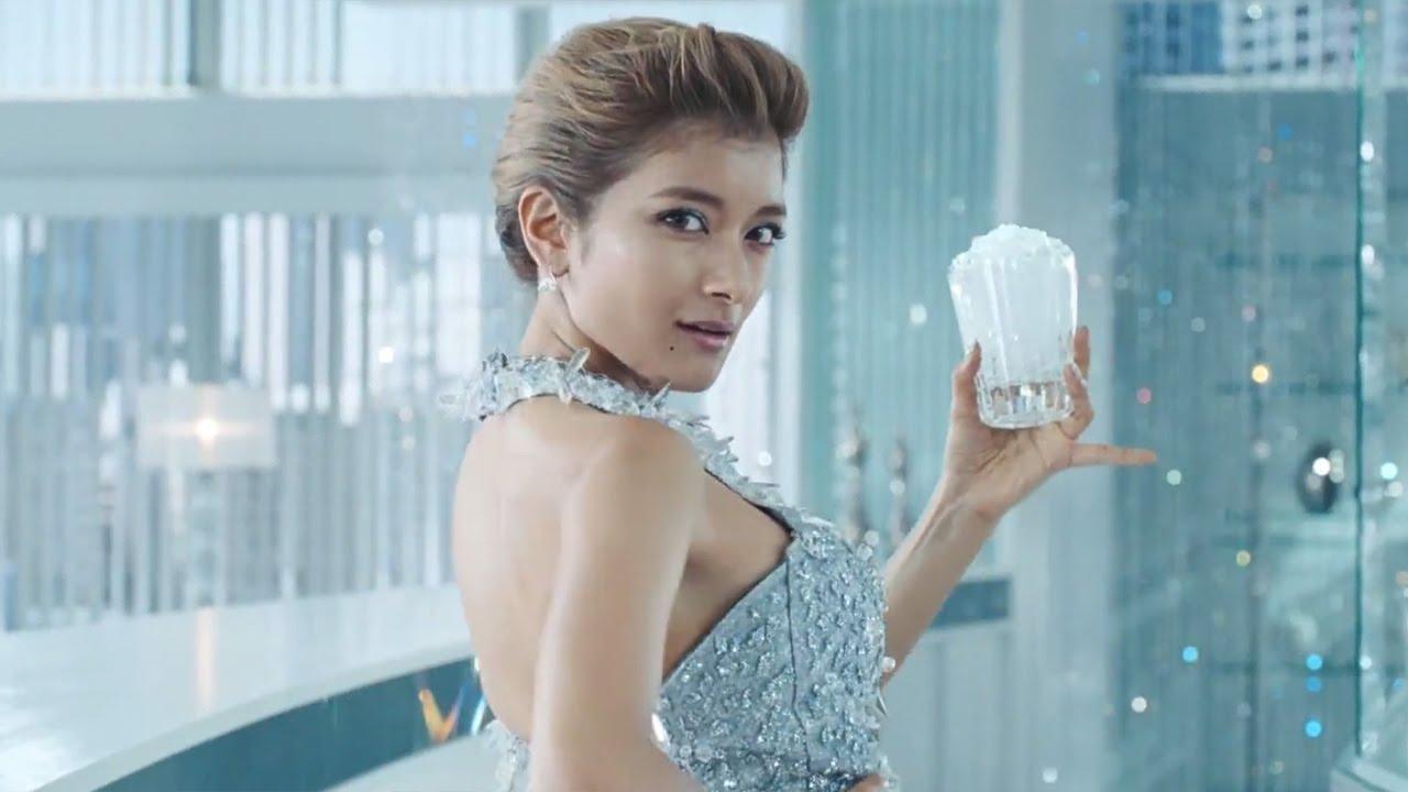 ローラ ローラ、セクシードレス姿でイメージチェンジ? バーボン「ジムビーム」CM&メーキング映像 - YouTube