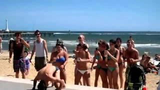 Парень отрывается на австралийском пляже