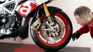 Výměna brzdových destiček na motocyklu