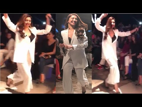 Mahirah Khan's Crazy Funny Walk on Ramp