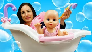 Baignade de bébé born Annabelle. Vidéo en français pour enfants. Jouets et poupées
