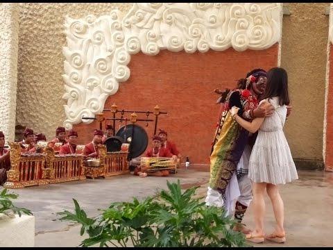 LUCU : Artis Korea Cantik Dan Seksi Di Cium Penari Topeng Monyet Bali