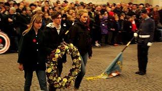 Drie leerlingen van SFI leggen bloemenkrans neer aan Menenpoort