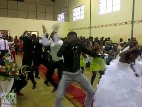 Tazama bi harusi na bwana harusi walivokiamsha katika harusi yao