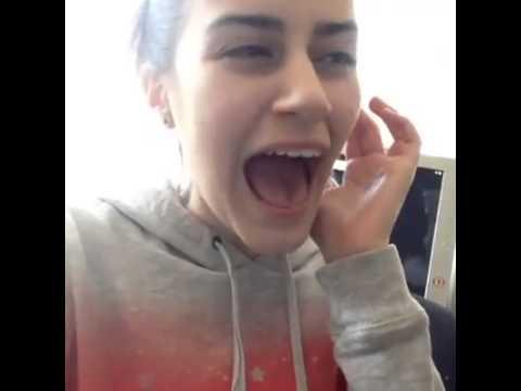 Aquí... Cantando como Ariana Grande... Casual