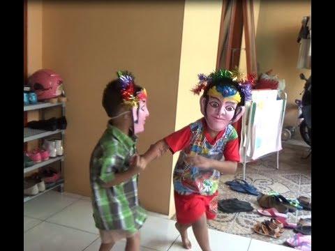 Senengnya anak-anak dapat topeng Ondel-Ondel