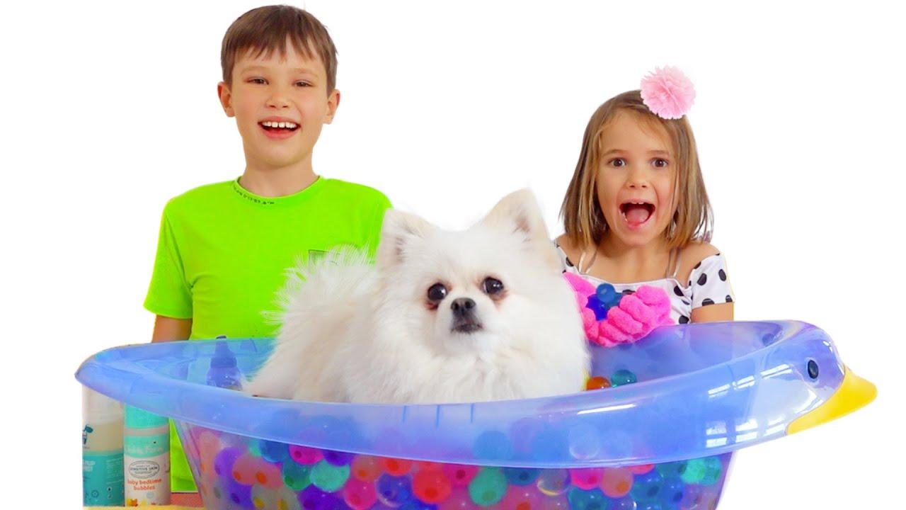 Макс и Катя купают собачку