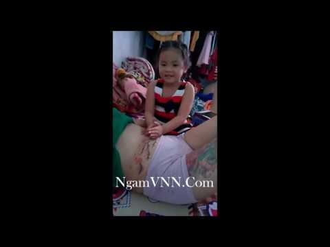 Con gái đầu lòng massage bụng cho mẹ đang mang bầu   có gì đó  3   ngamvnn com