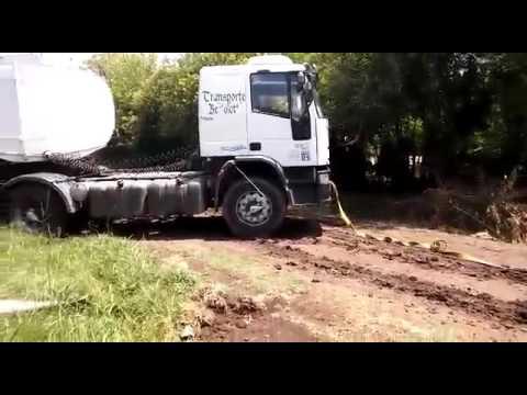 Chevrolet d20 sacando un camión del barro