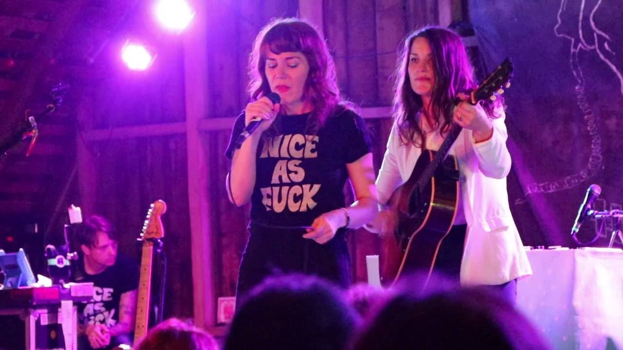 jenny-lewis-with-arms-outstretched-rilo-kiley-live-at-codfish-hollow-8-14-16-this-means-war
