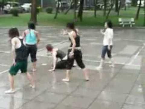 Video nữ sinh nhảy hip hop dưới mưa