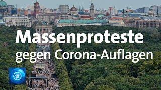 In berlin haben etwa 17.000 menschen gegen corona-auflagen protestiert. die polizei stellte strafanzeige veranstalter, weil abstandsregeln un...