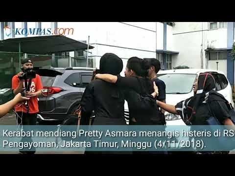 Perempuan Berbaju Hitam Menangis Histeris Saat Melayat Jenazah Pretty Asmara di RS Mp3