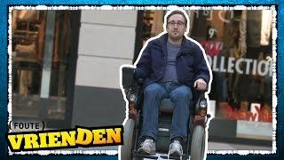 Albert Jan als INVALIDE door het winkelcentrum - FOUTE VRIENDEN