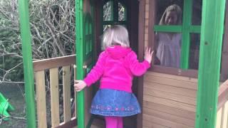 Ein kleines Mädchen kriegt ein Spielhaus zum Geburtstag