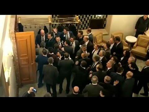 """شاهد: عراك عنيف في البرلمان التركي عقب المصادقة على قانون """"تحالف الأحزاب""""…"""